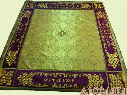 АРТ1372 Скатерть на престол  парча Ярославна, комбинированная  с вышивкой рис.Византийский увеличенный: молитва Трисвятое. Витая бахрома, кисти, крест по центру.
