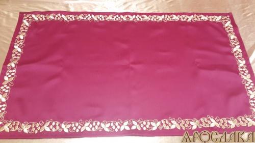 АРТ911.Плат на жертвенник бордовый с вышивкой. Размер 70см*50см.