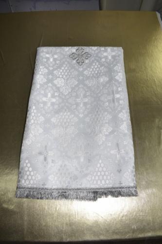 АРТ1645 Скатерть белая шелк Виноградная лоза,бахрома широкая щетка,крест по центру. Размер: 130*130