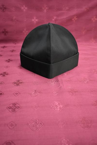 АРТ1721.Скуфия русская, летняя с отворотом.Ткань черный мокрый шелк. Размер 65,высота-20см
