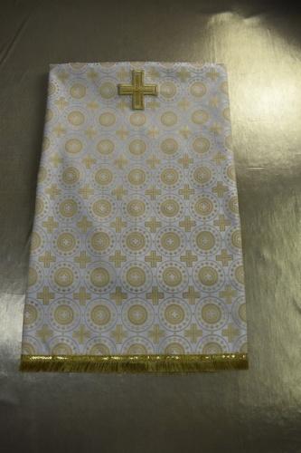 АРТ1834 Скатерть бело-золотая шелк Мирликийский крест,отделка бахрома щетка,с крестом. Размер:120*120см