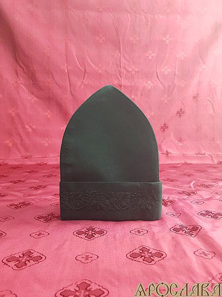 АРТ342. Скуфия русская, летняя. Ткань черный мокрый шелк, на отвороте вышивка Виноградная лоза.