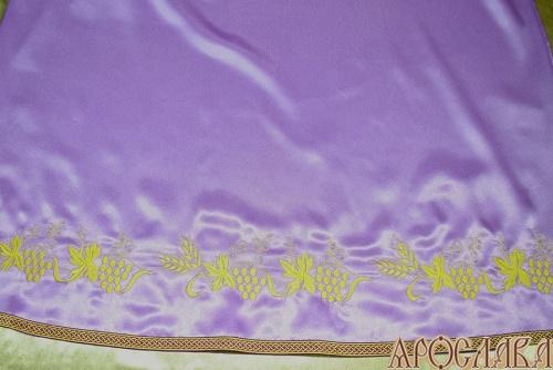 АРТ586. Подризник вышитый рисунок Виноград уменьшенный. Цвет ткани фиолетовый. По низу цветной галун