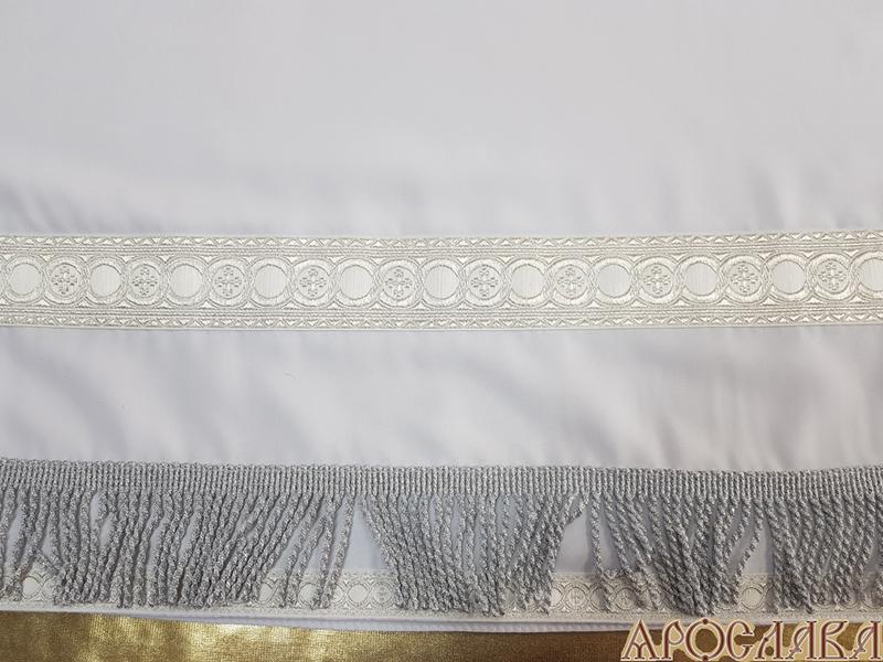 АРТ608. Подризник с отделкой цветным галуном рисунок Горошина (белый с серебром). Ширина галуна 1,7см и 4см. Витая бахрома.