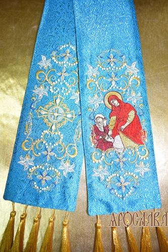 АРТ629. Заклада в Евангелие голубая, рисунок вышивки Лилия вьющаяся, с вышитой иконой Божией Матери Кассиопея. Низ украшен кистями. Расшита натуральными камнями: жемчуг, коралл, циркон,кварц.