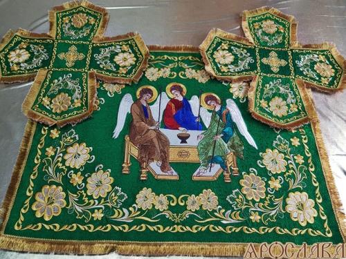 АРТ725. Комплект покровцов, с закладой в Евангелие вышитые Барбарис. Икона Святой Троицы.